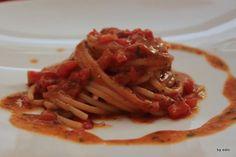 gli spaghettoni ai due pomodori e alici di Cetara.