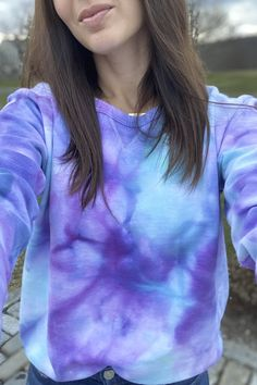 Tie-dye is quickly becoming one of the biggest print trends for spring and summer. It's the perfect mix of trendy and nostalgic and adds playfulness to any Diy Tie Dye Sweatshirt, Tie Dye Shirts, Tie Dye Fashion, Diy Fashion, Fashion Photo, Tye Dye, Camisa Tie Dye, Tie Dye Kit, Tie Dye Crafts
