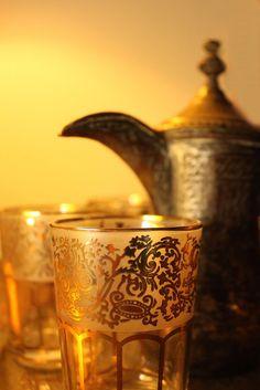 Inexpensive Coffee Mugs Arabic Tea, Arabic Coffee, Moroccan Decor, Moroccan Style, Miele Coffee Machine, Black Rock Coffee, Coffee Facts, Glow, Tea Glasses