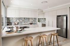 Le piastrelle patchwork per il paraschizzi in cucina aggiungono colore allo stile scandinavo