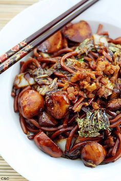 KL Hokkien Mee recipe - This dish is famous for the dark, fragrant sauce that the noodles are braised in. The secret to an authentic KL Hokkien Mee is the pork fat! #malaysian #noodles