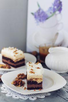 Prajitura cu ciocolata, caramel si crema cu nuci pralinate Romanian Desserts, Creme Caramel, Something Sweet, Tiramisu, Mousse, Waffles, Bakery, Sweet Treats, Cheesecake