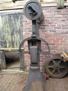 A blacksmith's power hammer has a special working principal that makes it so… Power Hammer Plans, Blacksmith Power Hammer, Blacksmith Forge, Metal Projects, Welding Projects, Belt Grinder Plans, Air Hammer, Metal Shaping, Ideas Prácticas