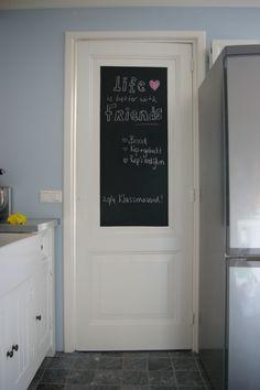 DIY krijtbordverf op je deur! Ideaal voor een leuke tekst of je boodschappenlijstje!