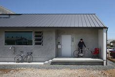 自転車好きのクライアントのために神成建築計画事務所が手がけたユニークな住宅を紹介します。工業地帯というあまり良い住環境とは言えない立地に仕事場と隣接して計画されたこの住宅は、どことなくインダストリアルな雰囲気を持つデザインが周囲の雰囲気に馴染みながらお洒落な住空間を作り上げています。アウトドアな趣味のためのスペースや暮らしの工夫が盛り込まれたローコストな住まいです。