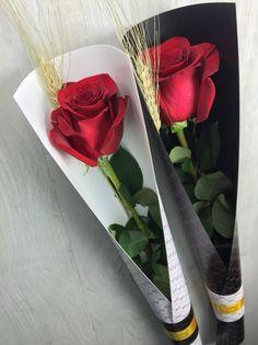 Ya vuelve a ser Sant Jordi, uno de los días más bonitos y esperados en Catalunya. ¿Sabéis qué hemos hecho desde flors & GO! este año? ¡Todas las etiquetas a mano! Si tienes curiosidad y quieres saber cómo las hacemos, ¡no te pierdas el minitutorial que tehemos preparado! Haz click en la Flower Shop Design, Flower Designs, Diy Bouquet, Rose Bouquet, Felt Flowers, Paper Flowers, Chocolate Flowers Bouquet, Mother's Day Gift Baskets, Beautiful Rose Flowers
