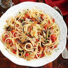 Linguine au thon, aux tomates et aux champignons—Pour un maximum de goût, utilisez du thon conservé dans l'huile.