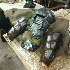 Shoulder armor and norse bracers.All pieces in discount this week in my etsy shop. Character Ideas, Character Art, Armature, Viking Garb, Costume Ideas, Costumes, Larp Armor, Post Apo, Shoulder Armor
