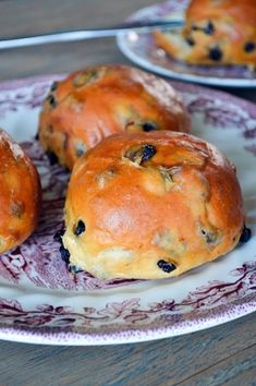 While pretty much the rest of the world was baking Hot Cross Buns today, I applied myself to the task of baking currant buns. They're not really that unlike Hot Cross Buns, just a wee less fa… Dutch Recipes, Baking Recipes, Amish Recipes, French Recipes, Bread Recipes, Dutch Kitchen, Julia Childs, Hot Cross Buns, Bun Recipe