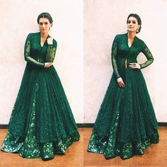 The gorgeous Kriti Sanon shines in an Anju Modi for an event tonight. Outfit - Jewellery - Styled by - . Indian Wedding Gowns, Pakistani Wedding Outfits, Pakistani Dresses, Indian Dresses, Indian Outfits, Indian Attire, Indian Ethnic Wear, Popular Outfits, Indian Designer Outfits