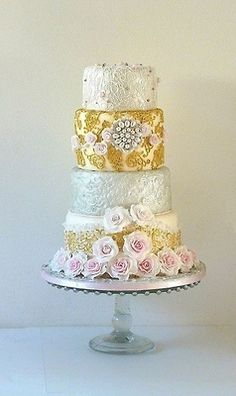 Wedding cake inspired by a beautiful Billibì bracelet and a Dolce and Gabbana gown. Covered with fondant, gumpaste, and sugar pearls.