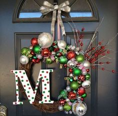 Looking for beautiful Christmas wreaths? Here, we have a good collection of some of the most beautiful Christmas wreaths ideas. Get inspiration from these Christmas wreath decoration ideas. Noel Christmas, Winter Christmas, Christmas Ornaments, Christmas Balls, Christmas Stairs, Christmas Greenery, Office Christmas, Primitive Christmas, Christmas Stuff