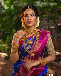 Amazing Artificial Bridal Jewellery Sets Are Available Here! Blouse Back Neck Designs, Saree Blouse Designs, Sari Blouse, Indian Bridal Sarees, Indian Bridal Fashion, Kerala Bride, South Indian Bride, Hindu Bride, Indian Groom
