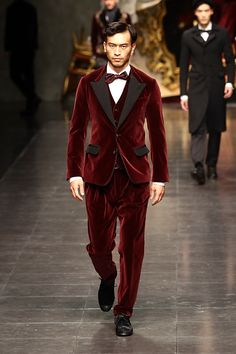 Models walk the runway during the Dolce amp; Gabbana fashion show as part of Milan Fashion Week Menswear Autumn/Winter 2012 on January 2012 in Milan, Italy. Velvet Fashion, Suit Fashion, Milan Fashion, Fashion Dresses, Prom Blazers, Smoking, Costume Slim, Party Suits, Pinstripe Suit