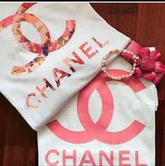 t-shirt chanel floral coco pink Chanel Sweater, Chanel Shirt, Chanel Outfit, Chanel Logo, Coco Chanel, Chanel Pink, Chanel Brand, Petite Outfits, Cute Outfits