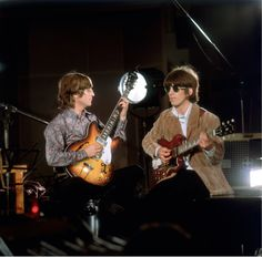 The Beatles: John Lennon and George Harrison recording the promo video for Rain May 19 1966 by Robert Whitaker Beatles Guitar, John Lennon Beatles, The Beatles, Beatles Band, George Harrison, Richard Starkey, Lennon And Mccartney, Beatles Photos, British Invasion