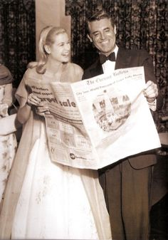 """Grace Kelly and Cary Grant seem to be enjoying what they're reading! Click through for a post with more photos of her reading: """"Reading Icons: Grace Kelly"""" Golden Age Of Hollywood, Vintage Hollywood, Hollywood Glamour, Hollywood Stars, Hollywood Couples, Cary Grant, Classic Movie Stars, Classic Movies, La Main Au Collet"""