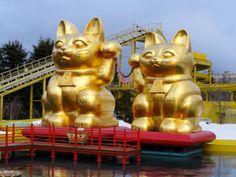 Riesengroße japanische Winke- bzw. Glückskatzen im Fuji-Q Highland Freizeitpark