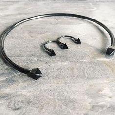Saturday night essentials  #eveningjewelry #studs #chokernecklace #gunmetal #minimalism #geometric #showyourhardt #hardtjewelry