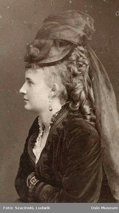 Smile for the Camera: Hilarious Photos Show Victorian Women Having a Giggle by Posing for Funny Faces Victorian Hats, Victorian Women, 1870s Fashion, Edwardian Fashion, Steampunk Fashion, Gothic Fashion, Fashion Fashion, Steampunk Cosplay, Historical Costume
