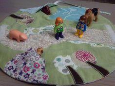 Sac tapis de jeu pour jouer avec des animaux. Tapis matelassé, appliqués en tissus et feutrine de toutes sortes.