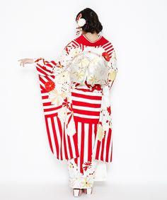 【楽天市場】ふりふオリジナル振袖・「mum(マム)」【成人式/結婚式/結納/入学式/卒業式/パーティー】仕立て上がり・フリーサイズ・ストライプ・菊柄・絵羽柄・古典・レトロ・モダン:ふりふ Yukata, Kimono Fashion, Retro, Dress Codes, Red And White, Cosplay, Japan, Seasons, Street Style