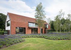 In het plaatsje Olmen in België staat een bijzonder huis. Architect Pascal François bouwde deze moderne boerderij ter vervanging van een oud huis. Naast het oude huis stond een grote stal, welke in ere is hersteld. De twee gebouwen zijn behoorlijk verschillend van elkaar, maar door het prachtige materiaal gebruik horen ze echt bij elkaar! …