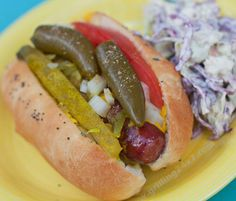 Regular hotdogs can be a bit boring. Here's a recipe for authentic Chicago style hot dogs to wow your friends at your Memorial Day cookout. Hot Dog Recipes, Barbecue Recipes, Grilling Recipes, Great Recipes, Favorite Recipes, Sandwich Recipes, Chicago Hot Dog, Chicago Style, Food N