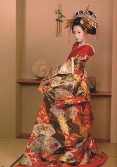 A Tayu in a beautiful kimono.   http://nq1313.tumblr.com/page/2
