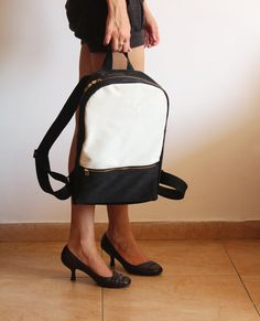 Ce cuir vegan noir et blanc sac à dos très confortable pour un usage quotidien ou pour les étudiants et faire un merveilleux ajout, pour un look cool et tendance au quotidien!  Le sac est fait de tissu solide et il convient pour binder ou un ordinateur portable, ordinateur portable 14 et d'autres choses importantes que chaque femme porte.    Dimensions: Largeur: 10/ / 26cm Mi hauteur: 14.5/ / 37 cm Profondeur: 4/ / 10 cm Longueur de la fermeture éclair: 18,8/ / 48 cm  Caractéristiques…