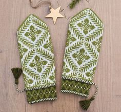 Ravelry: White Spruce (Lilla Sockertopp) by JennyPenny Knit Mittens, Mitten Gloves, Fair Isles, Fair Isle Knitting, Arm Warmers, Fiber Art, Knit Crochet, Textiles, Stitch