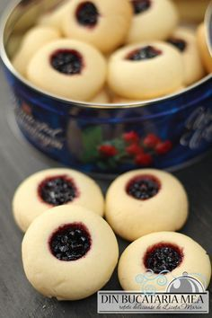 Tender cookies with filled jam No Cook Desserts, Sweets Recipes, Baby Food Recipes, Cake Recipes, Cooking Recipes, Peach Cookies, Romanian Desserts, Romanian Food, Eat Dessert First