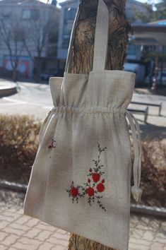 A guest who came across by chance while passing in front of the studio rose., A customer who came across and came across the workshop ordered a rose embroidered eco bag. Handmade Bags, Handmade Jewelry, Cotton Shopping Bags, Potli Bags, Diy Bags Purses, Diy Tote Bag, Embroidery Bags, Diy Handbag, Jute Bags