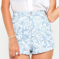 Love these paisley blue shorts. Hot Pants, Holiday Outfits, Blue Shorts, Paisley, Short Dresses, Rompers, Denim, Chic, Women