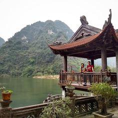 Hoy mi amiga Bea y yo unimos viajes y seguimos recorriendo Vietnam juntas. Hemos explorado Ninh Binh, concretamente las montañas y cuevas de Trang An y Bai Dinh, el mayor complejo budista del país. Son dos maravillas declaradas Patrimonio de la Humanidad y lo mejor es que apenas hemos encontrado turistas. ¿Conocíais esta zona? #estelaenvietnam .  #vietnam #ninhbinh #pagoda #templo #unesco #trangan #baidinh #lago #wonderfuldestinations
