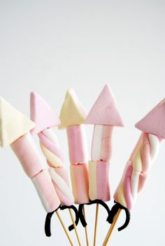 Marshmallow rocket kebabs - yummy Bonfire Night treat or August bank holiday fireworks , camp fire treats for the kids to make Bonfire Night Treats, Bonfire Cake, Bonfire Night Food, Bonfire Night Party Decorations, Bonfire Night Wedding, Bonfire Night Activities, Table Decorations, Guy Fawkes Night, Fireworks Craft