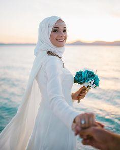 Skirt Hijab Wedding 51 Ideas Source by Sitedetailleplus Muslim Wedding Ceremony, Hijabi Wedding, Wedding Hijab Styles, Muslim Wedding Dresses, Wedding Gowns With Sleeves, Muslim Brides, Wedding Photography Poses, Wedding Poses, Wedding Photoshoot
