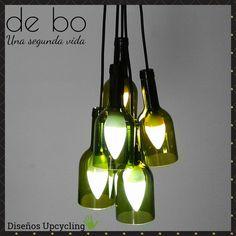 Lámpara de techo reciclada, modelo Racimo: creada con 5 botellas de color verde dispuestas a distinta altura, con florón de madera recuperada de pallest. Army, Ceiling Lights, Lighting, Color, Green, Ideas, Home Decor, Model, Ceiling Light Fixtures