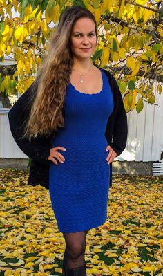 Denne kjolen, med strikket bærestykke og heklet skjørt, sitter som et skudd! I herlig bomull- og merinoblanding er den også supermyk og behagelig å ha på. Føl deg som en dronning til hverdags eller på fest i denne! Nice Clothes, E Design, Witch, Cool Outfits, Cold Shoulder Dress, Dresses With Sleeves, Long Sleeve, Fashion, Moda