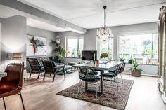Cet appartement possède toutes les qualités d'un espace moderne : les surfaces sont ouvertes et bien exploitées, il ne manque pas d'ouvertures sur l'extérieur, et d'une terrasse. Mais à l'intérieur, l