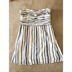 Sweetheart Strapless Dress This light and airy dress has a flattering bust and complementing vertical stripe. This dress has a smock-like back to fit a variety of sizes. GAP Dresses Strapless