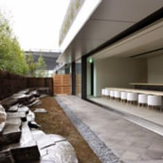 現代美術家 杉本博司氏自ら石を選び配置した苔庭