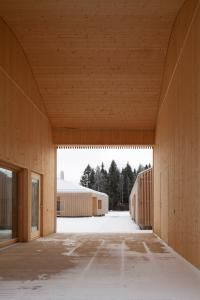 Located in Finland, House Riihi by OOPEAA consists of 3 buildings arranged around an inner courtyard, with vertical wooden slats wrapping the exterior. Timber Slats, Timber Cladding, Exterior Cladding, Interior Design Images, Interior Design Boards, L Shaped House, Aluminium Cladding, Journal Du Design, Internal Courtyard