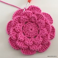 Rosa rasteira passo a passo - Crochet Diy, Beau Crochet, Crochet Puff Flower, Crochet Flower Tutorial, Crochet Flower Patterns, Crochet Motif, Crochet Crafts, Crochet Doilies, Yarn Crafts