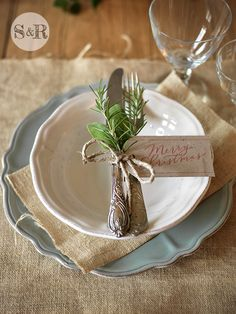 Absolutely stunning ideas for Christmas table decorations # covered table # christmas table # table decoration # table decoration christmas Best Picture For wedding decor wall For Your Taste You a Christmas Table Settings, Christmas Tablescapes, Holiday Tables, Holiday Parties, Christmas Place Setting, Christmas Place Cards, Thanksgiving Table Settings, Noel Christmas, Rustic Christmas