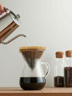 自宅で粉からコーヒーを淹れたことはありますか?簡単な器具で淹れられるドリップ式のコーヒーは、淹れ方次第で味わいが大きく変わります。コーヒー豆を十分に蒸らすことが美味しく淹れるコツ。この基本を知っていると、喫茶店やカフェで飲むような美味しいコーヒーを淹れることも出来ます。基本のドリップ式コーヒーの淹れ方を紹介しますので、参考にしてみてくださいね。