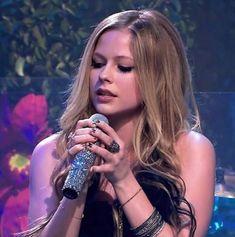 Your voice in my ears Pop Punk, Female Songs, Punk Rock Princess, Everybody Hurts, Avril Lavingne, Rock Girls, Estilo Rock, Song Artists, Fan Girl