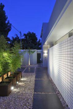 Ramat Hasharon House by Pitsou Kedem Architect Pitsou Kedem, Garden Design, House Design, Concrete Pavers, Modern Architecture House, Outdoor Gardens, Courtyard Gardens, Dream Garden, Beautiful Homes