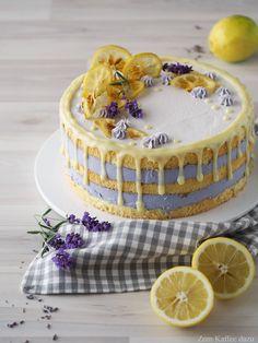 Naked Cake und Drip Cake in super lecker :) Weicher Biskuit, fruchtiges Lemon Curd und eine ober leckere Lavendel-Mousse <3