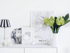 """Das Leben ist gerade so wild voll bunt und lebhaft um mich herum dass ich gewisse """"farblosere"""" Ecken in der Wohnung mehr als nötig habe...  Wie gut dass es auch """"ruhigere"""" Blumenfarben gibt...  . An alle Blumen-Fans darf ich übrigens im Namen von @mybloomydays einen großartigen Rabatt weiterreichen. Mit dem Code """"mammilade""""  gibt es bis zum 04.12. satte 20% Rabatt auf alle Artikel  #mussichnochmeinemmannweiterreichen #dennblumengehenimmer Schatz  . Mostly I like to decorate calm aery bright…"""